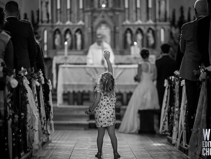 photographe mariage ceremonie eglise enfant joue recompense wps