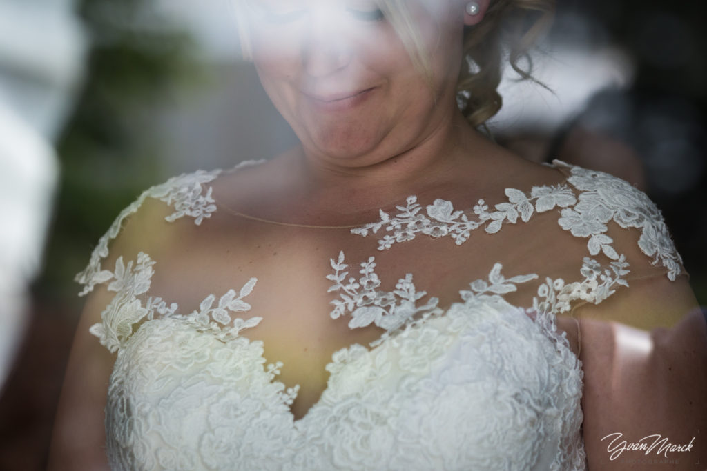 Robe de la mariée pendant les preparatifs de mariage par yvan marck photographe de mariage a strasbourg en alsace