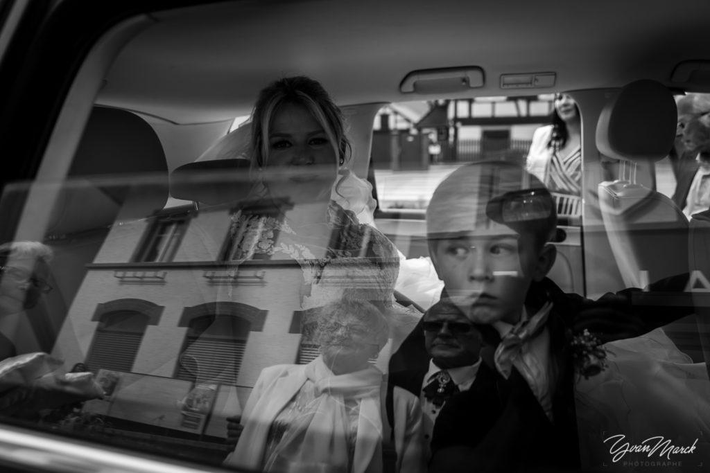 Découverte de la robe pendant le mariage par yvan marck photographe de mariage a strasbourg en alsace