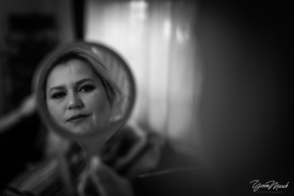 Maquillage pendant les preparatifs de mariage par yvan marck photographe de mariage a strasbourg en alsace