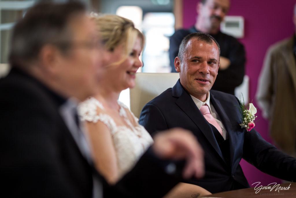 Cérémonie à la mairie de Wolfisheim pendant le mariage par yvan marck photographe de mariage a strasbourg en alsace