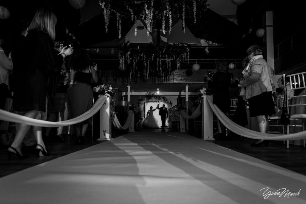Soirée au RJ16 Illkirch, l'entrée des mariés pendant la journée de mariage par yvan marck photographe de mariage a strasbourg en alsace