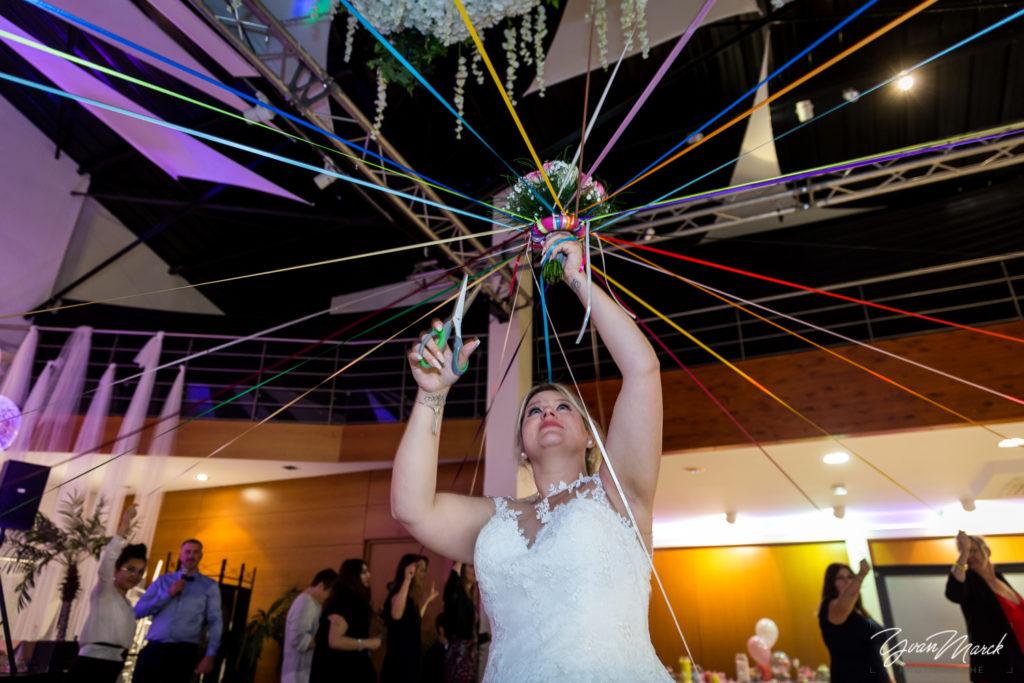 Soirée au RJ16 Illkirch, le bouquet de la mariée pendant la journée de mariage par yvan marck photographe de mariage a strasbourg en alsace