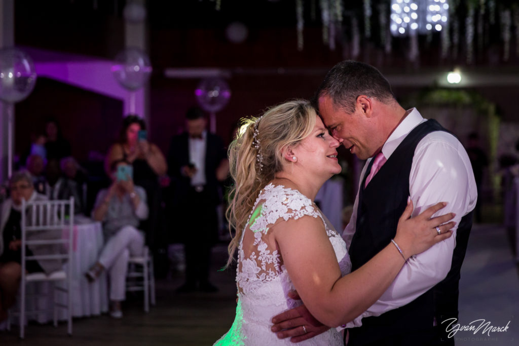 Soirée au RJ16 Illkirch, la danse d'ouverture pendant la journée de mariage par yvan marck photographe de mariage a strasbourg en alsace