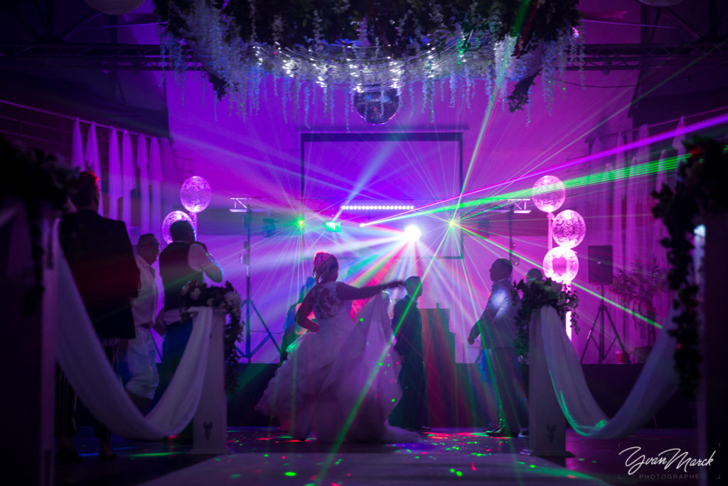 Soirée au RJ16 Illkirch,sur la piste de danse pendant la journée de mariage par yvan marck photographe de mariage a strasbourg en alsace