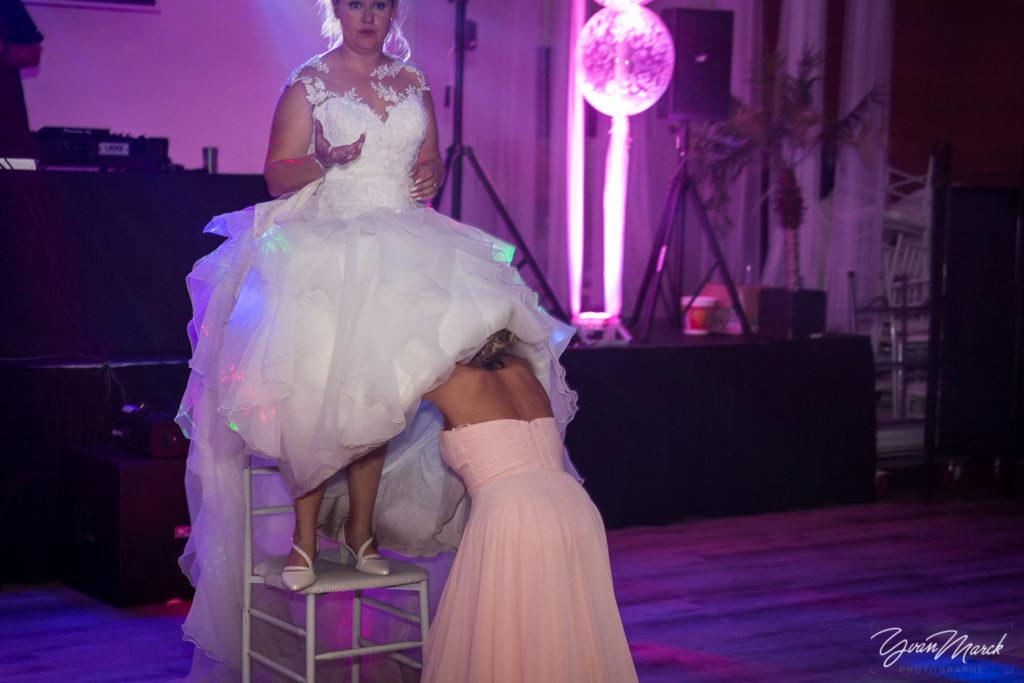 Soirée au RJ16 Illkirch,la jartierre pendant la journée de mariage par yvan marck photographe de mariage a strasbourg en alsace