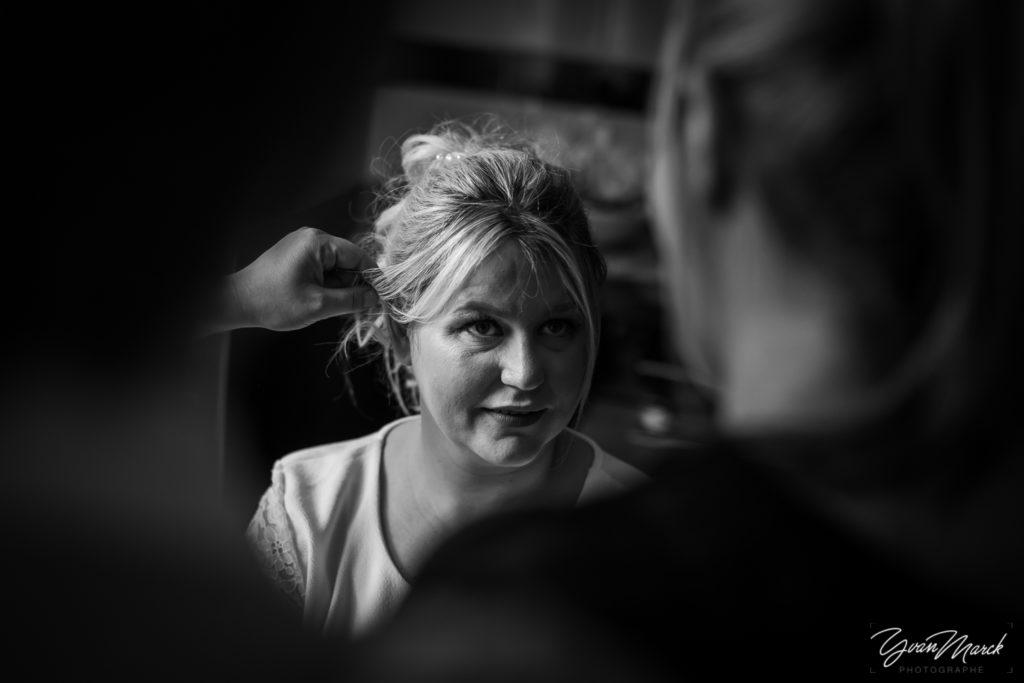 Coiffure pendant les preparatifs de mariage par yvan marck photographe de mariage a strasbourg en alsace