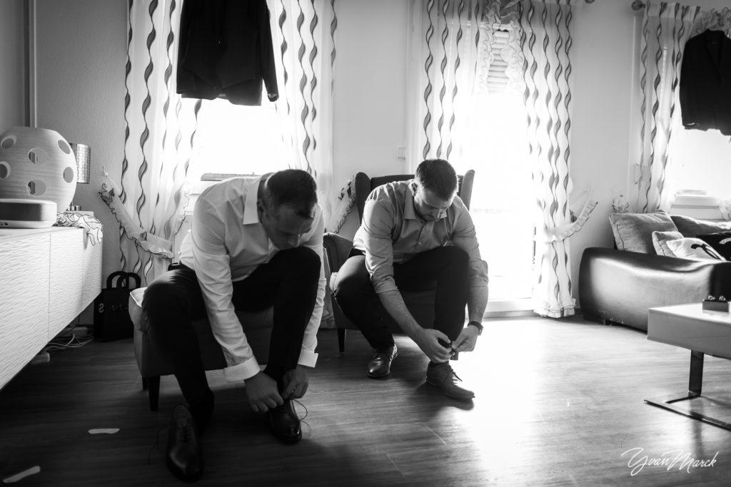 Costume du marié pendant les preparatifs de mariage par yvan marck photographe de mariage a strasbourg en alsace