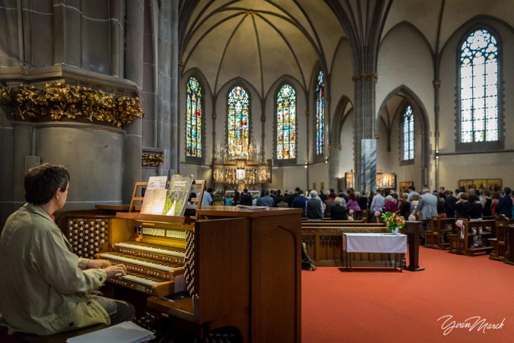 Cérémonie religieuse église saint Maurice Strasbourg mariage franco-brésilien à la villa quai sturm par yvan marck photographe de mariage à strasbourg Alsace