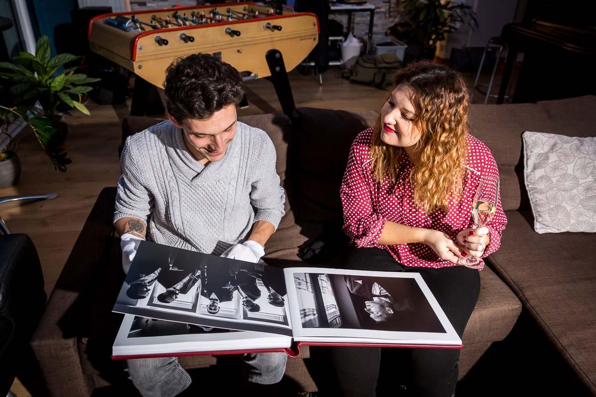 couple mariés decouvre son album mariage haut de gamme