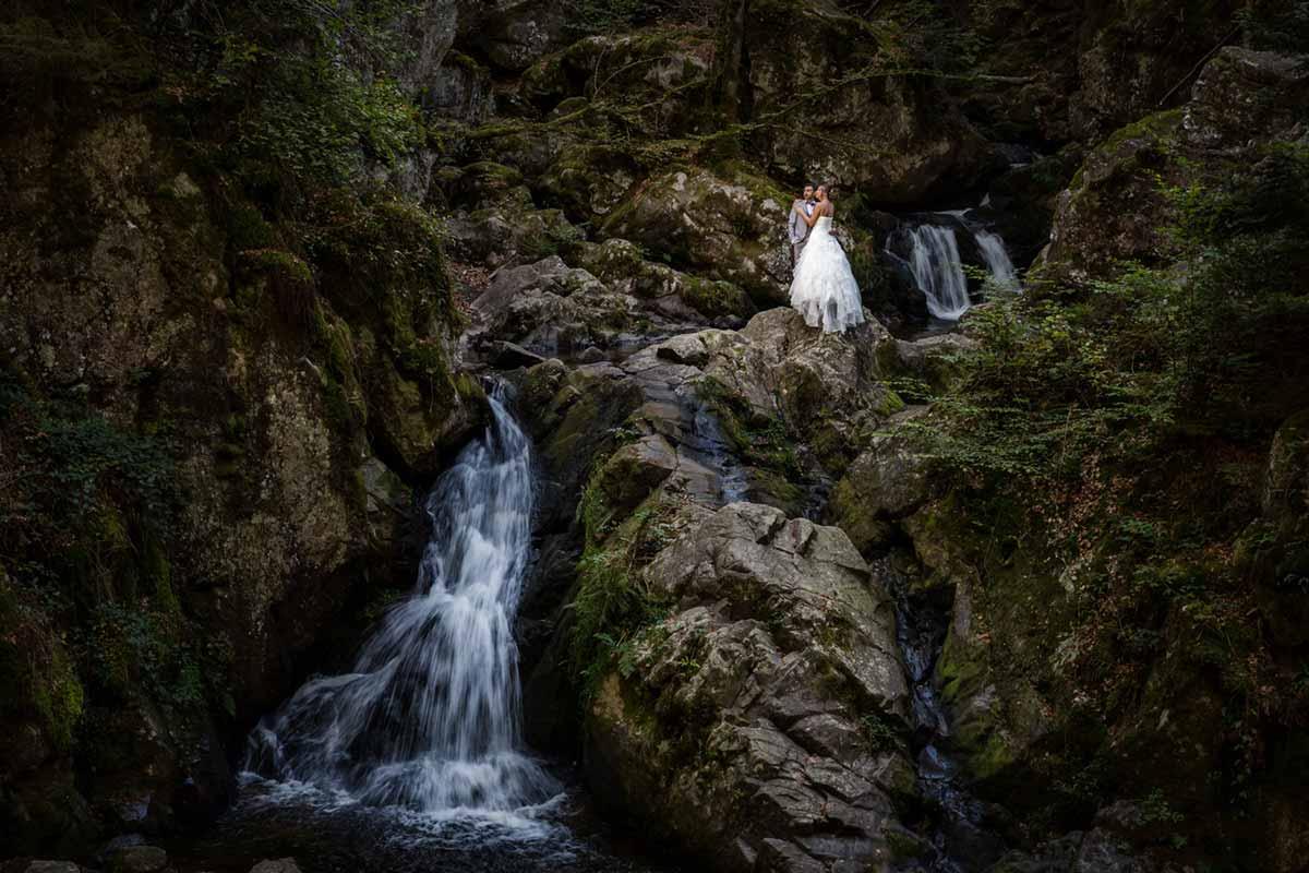seance couple avec cascade photographe mariage