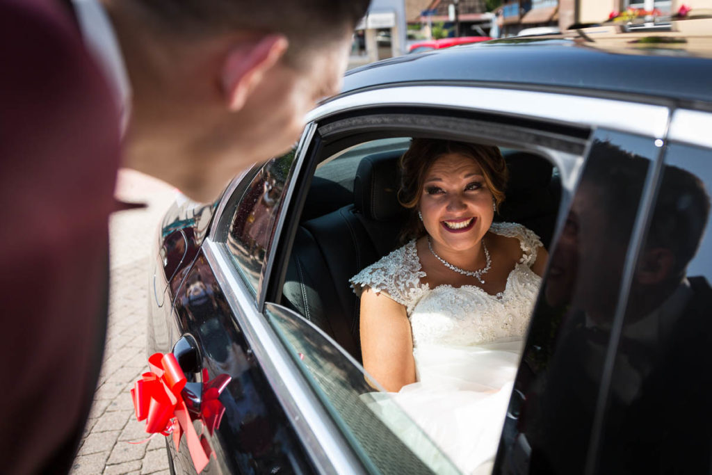 la mariee sort de la voiture premier regard