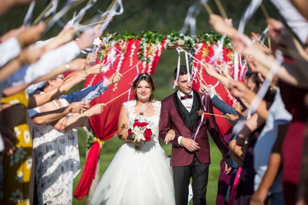 sortie de la ceremonie les maries