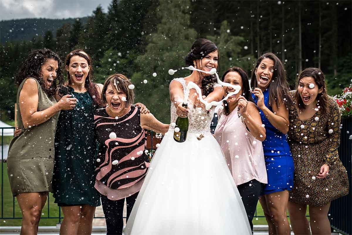 photographe mariage fun champagne au vin d'honneur