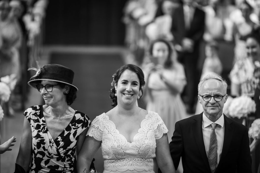 la mariée dans l'allée de la synagogue