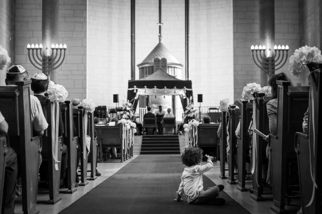 enfant dans l'allée de la synagogue
