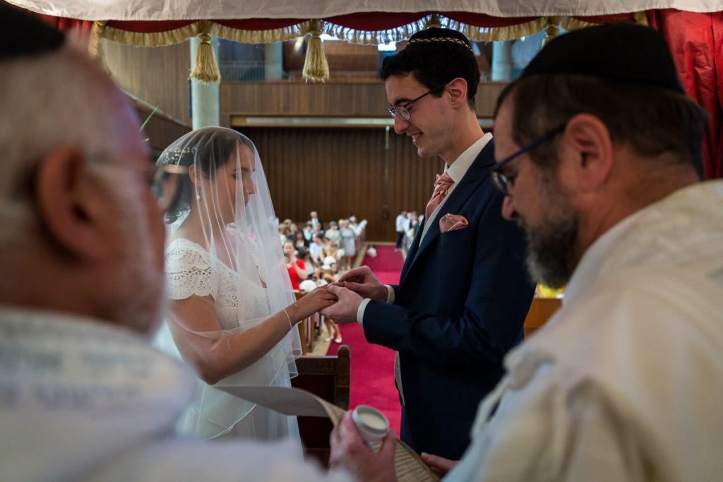 kiddouchin le marié passe la bague au doigt