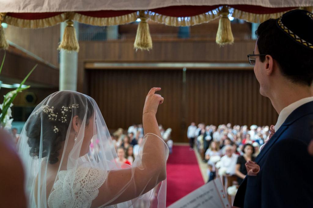 la mariée montre la bague