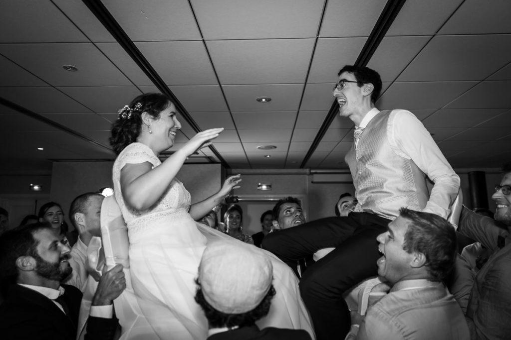 les mariés sur une chaise mariage juif château de l'ill