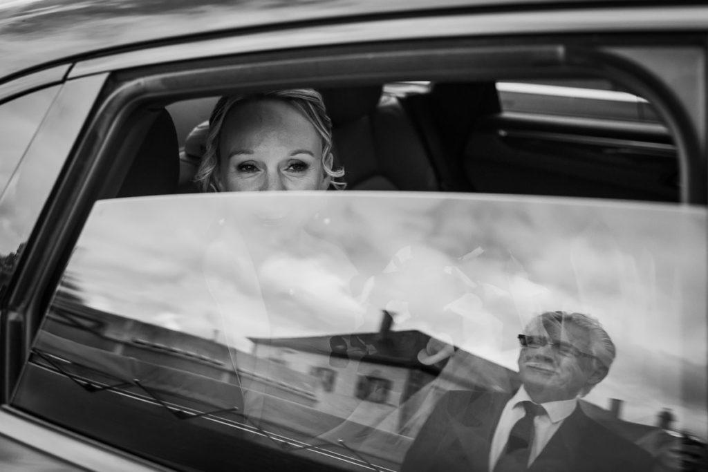 reflet papa de la mariée vitre voiture