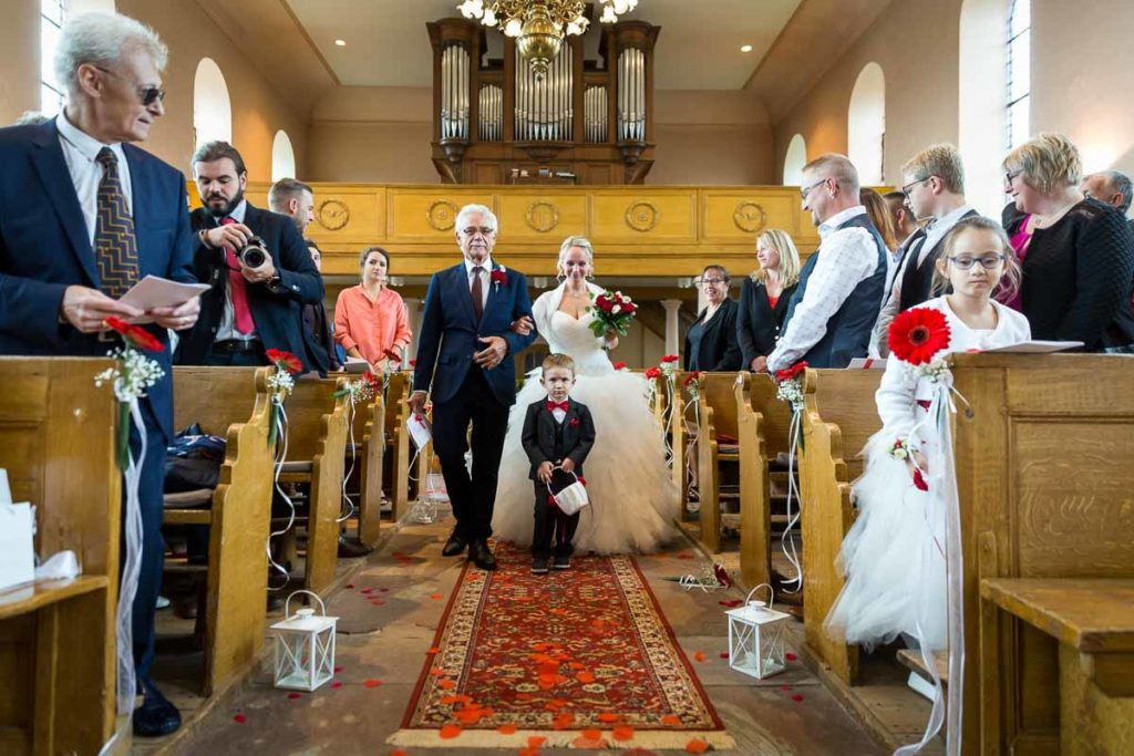la mariée dans l'allée de l'église