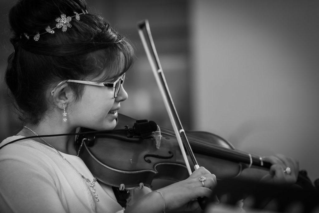 sœur du marié au violon