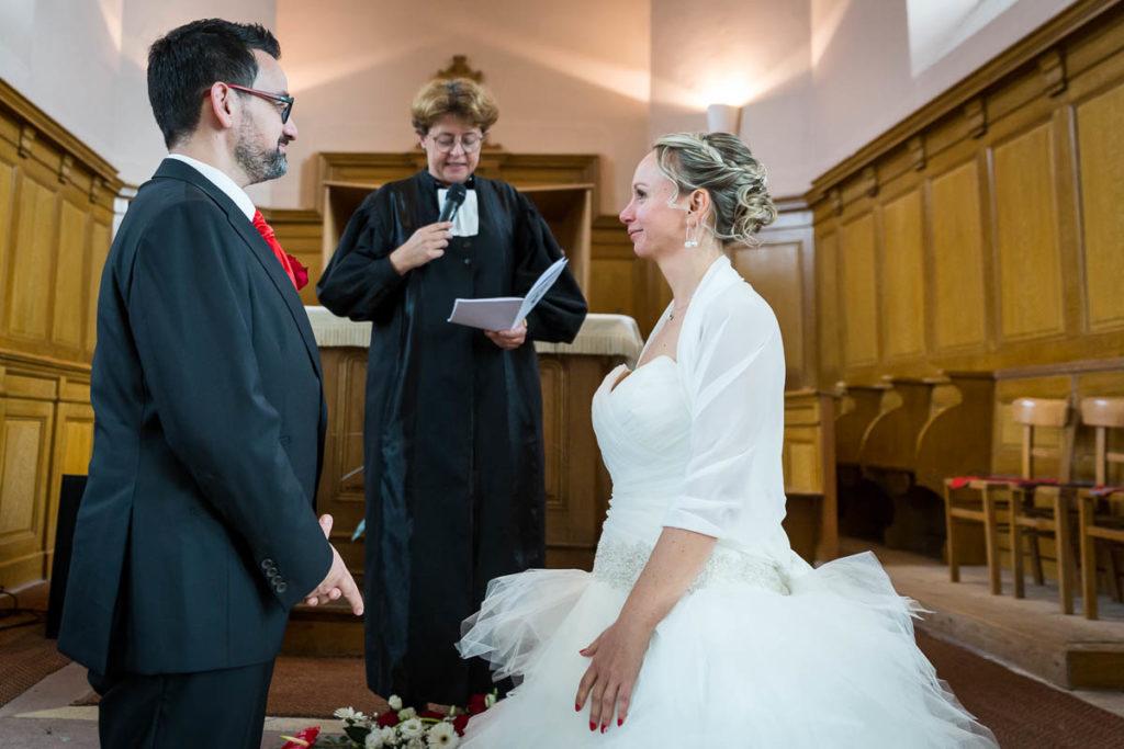les mariés se regrdent à lééglise