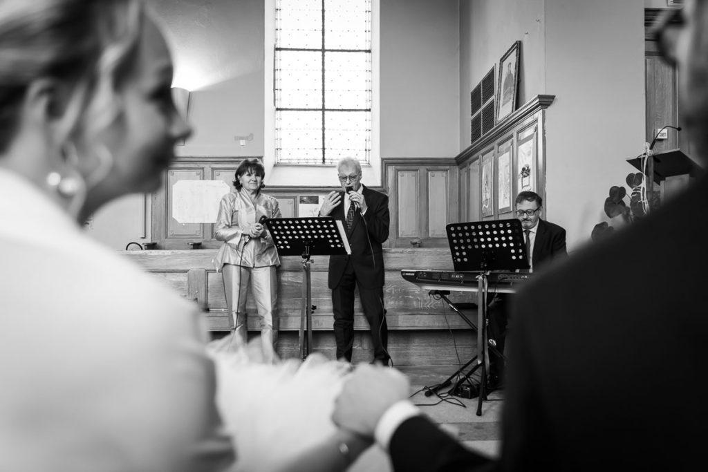 concert des parents à l'église mariés