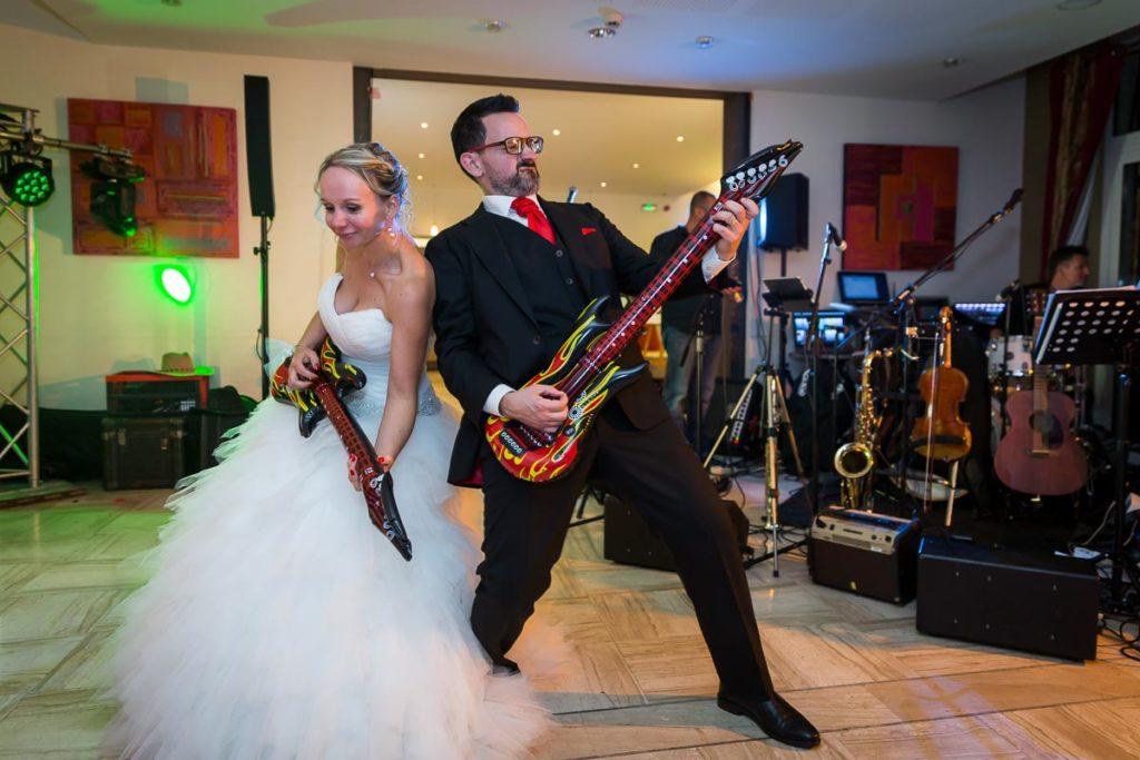 couple de mariés danse guitare