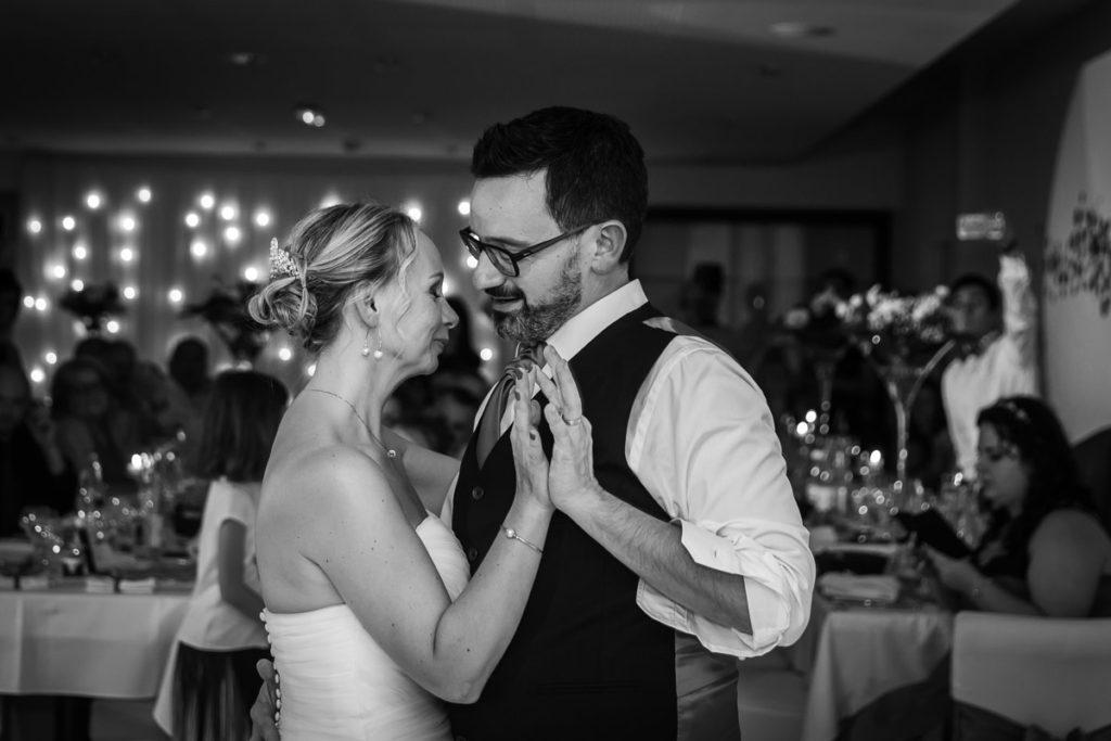 danse de couple pendant soirée mariage