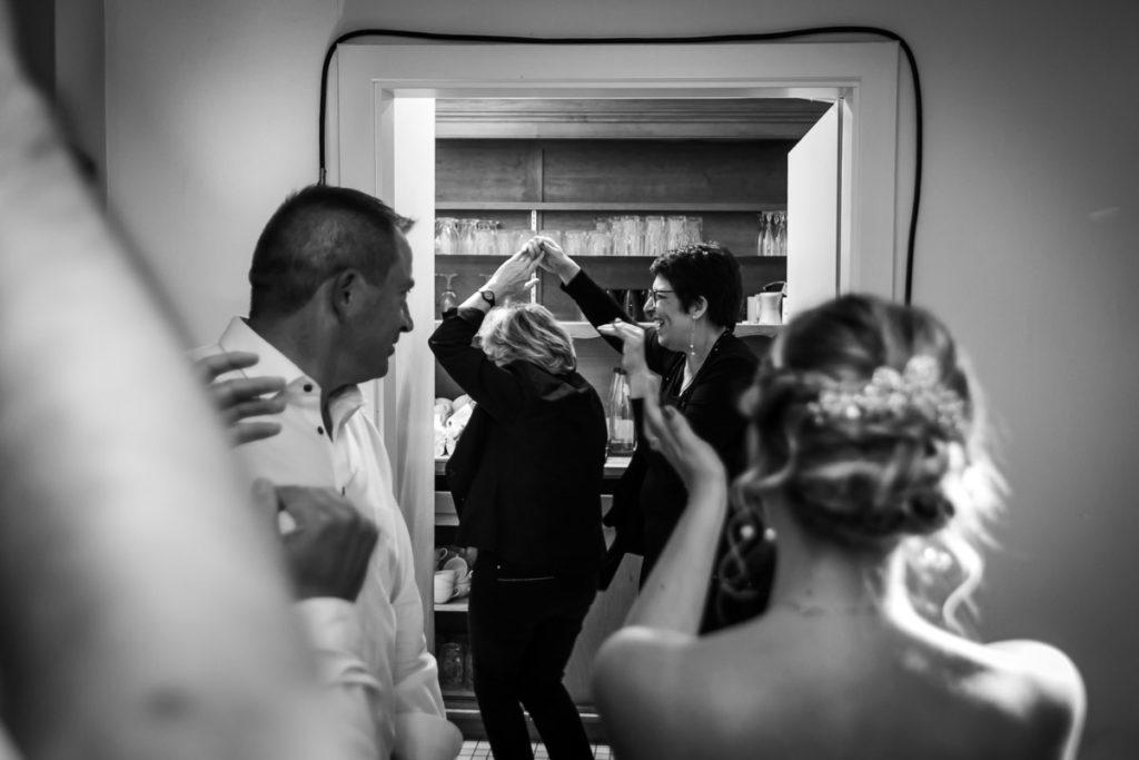 serveuses dansent soirée mariage