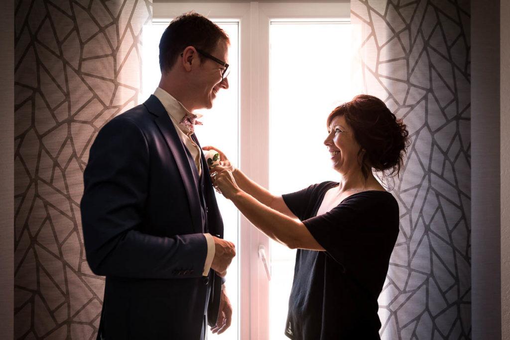 le marié avec sa maman préparatifs
