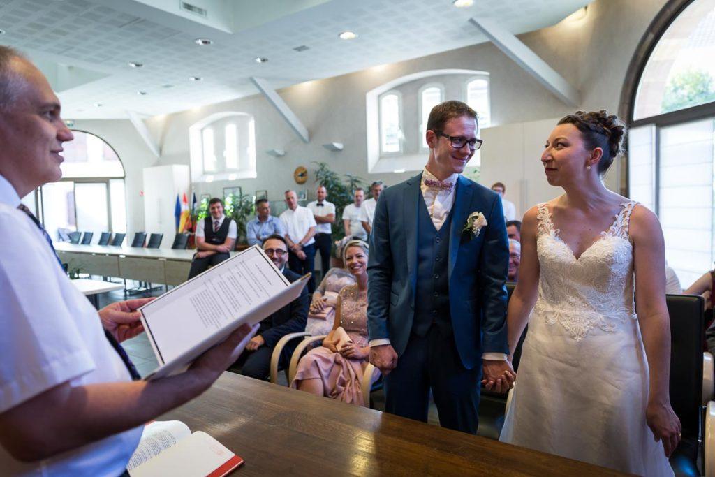 les mariés se disent oui à la mairie