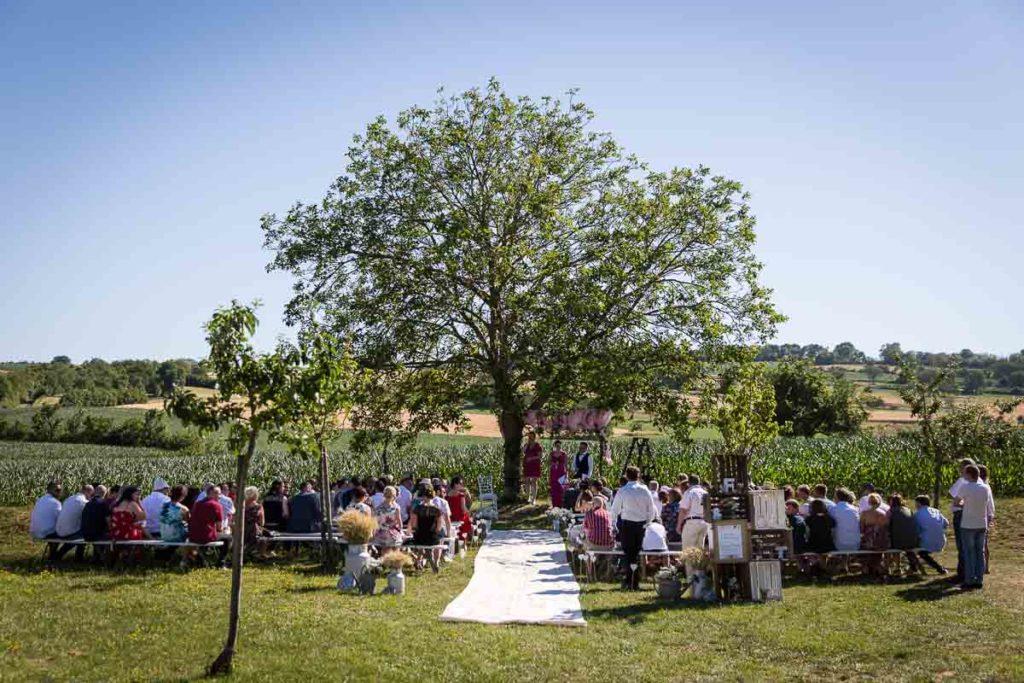 cérémonie laique sous un arbre