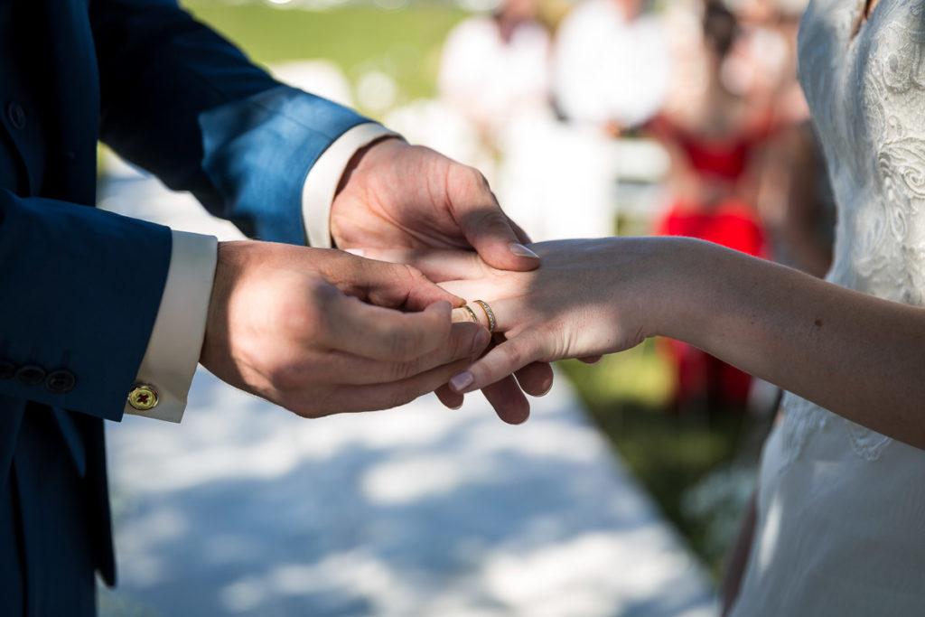 le marié passe l'alliance au doigt