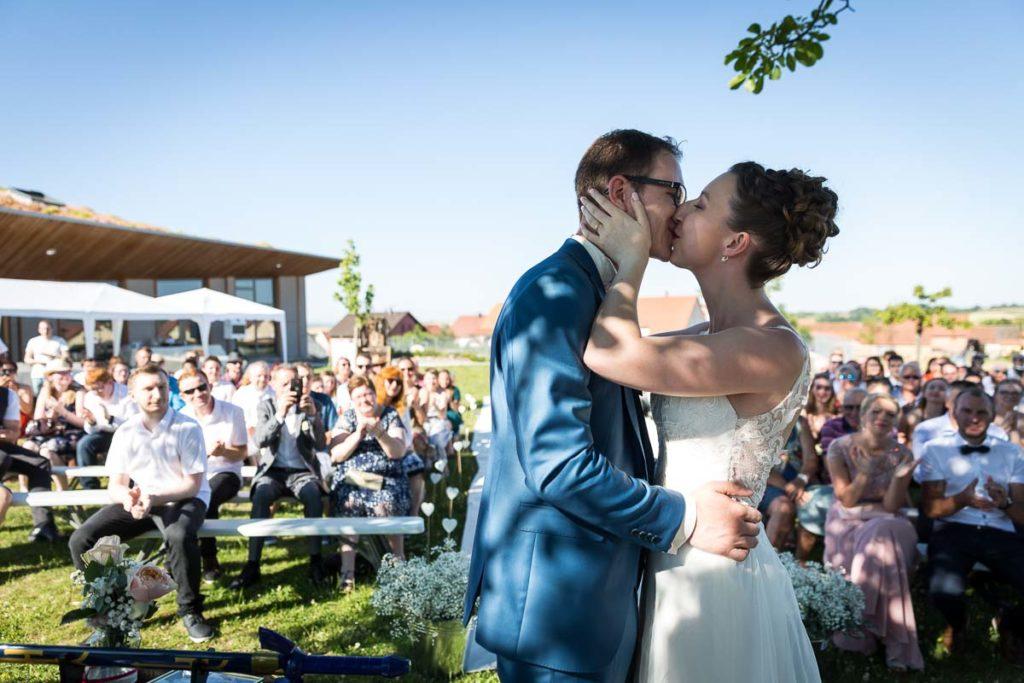 les mariés s'embrassent cérémonie laique