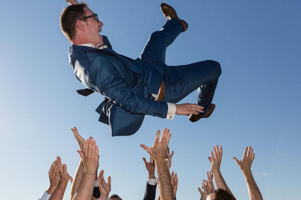 le marié saute