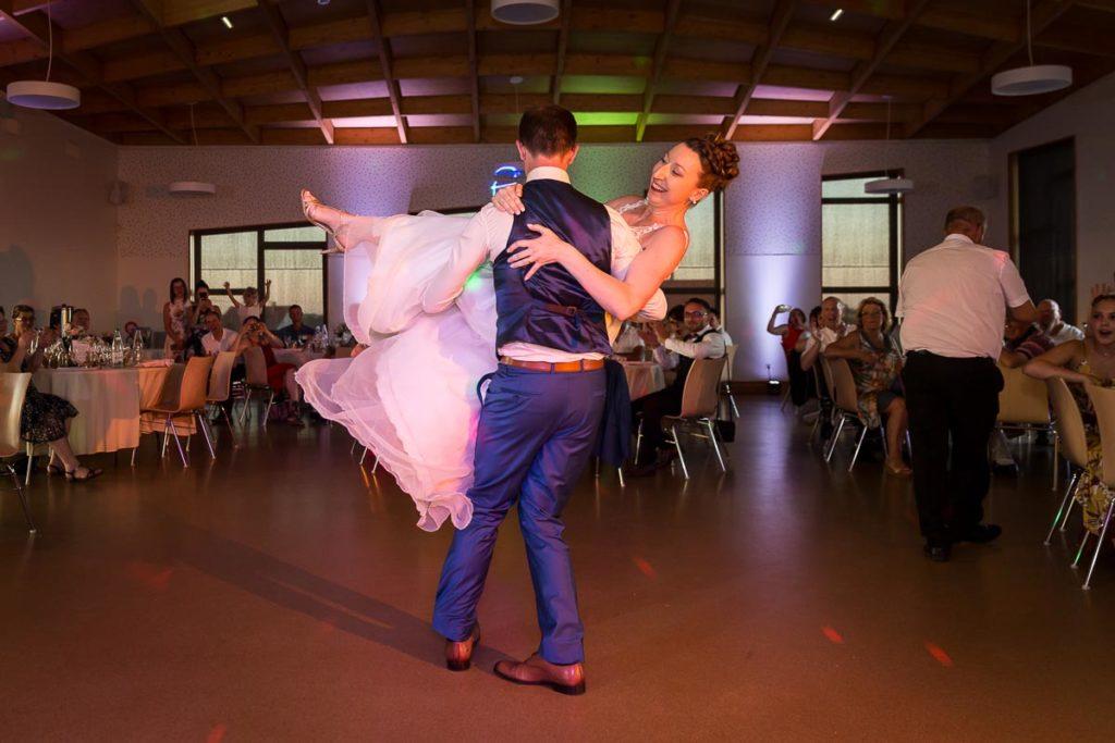 la danse de couple de mariés