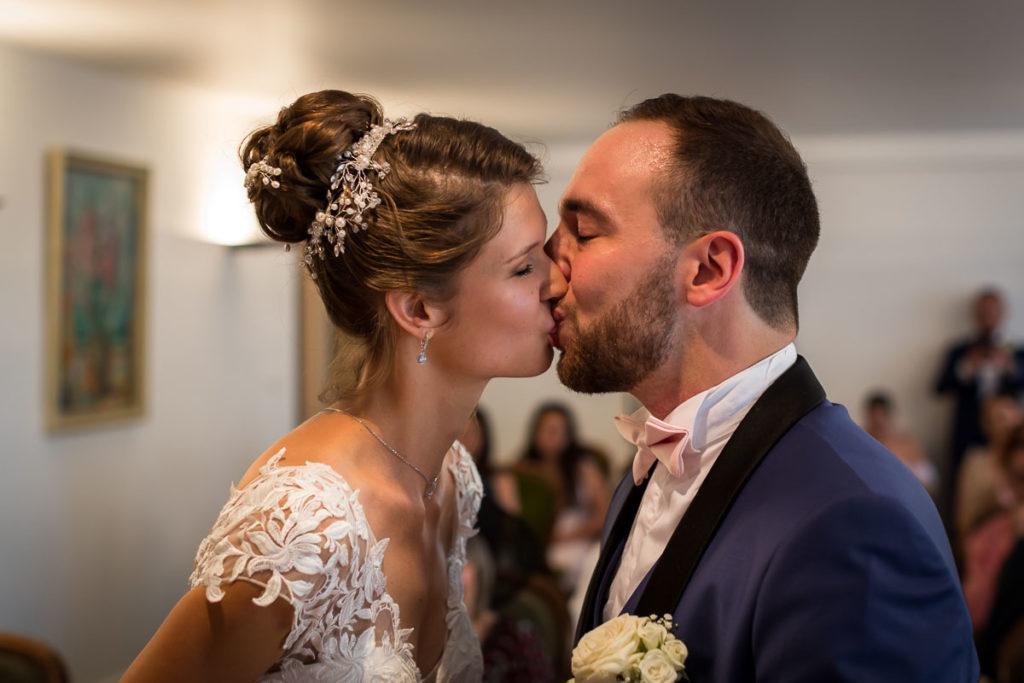 mariage alsace ceremonie brumath bisou mariées photographe mariage